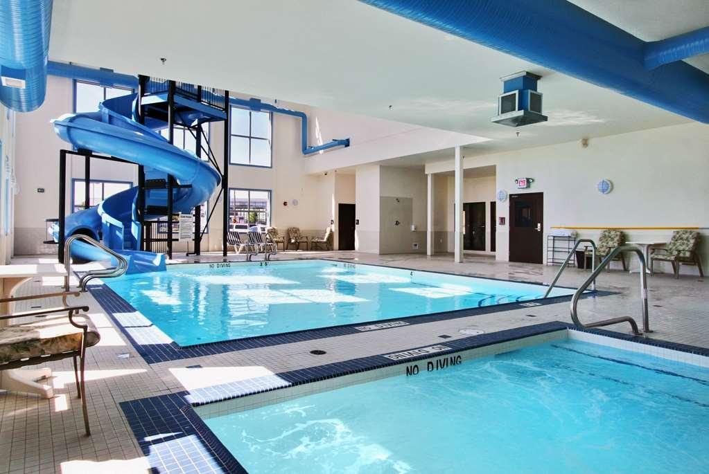 Best Western Plus South Edmonton Inn & Suites - Vista de la piscina