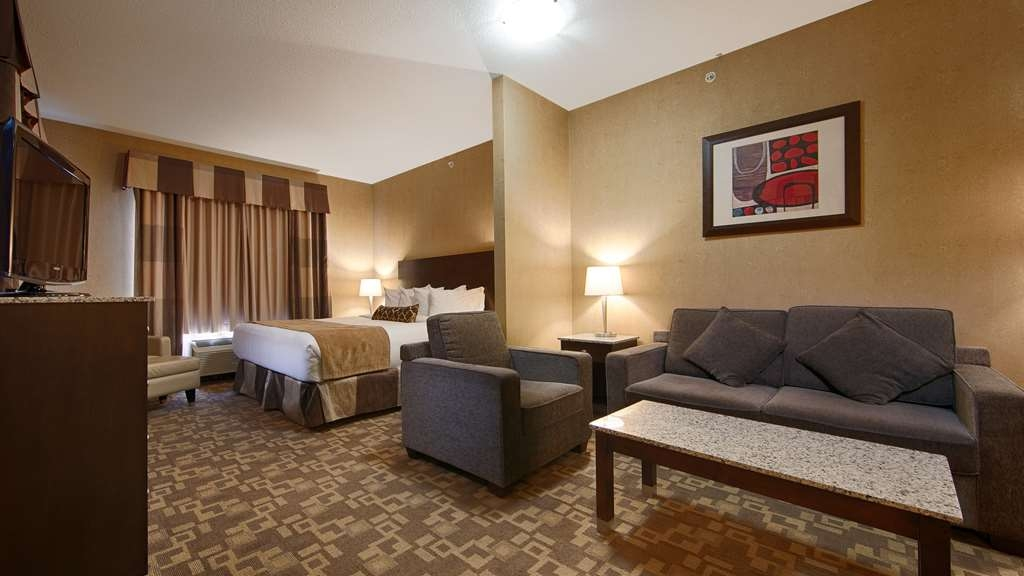 Best Western Plus South Edmonton Inn & Suites - Choose one of our suites as your home away from home with a separate sitting area and flat-screen TV.