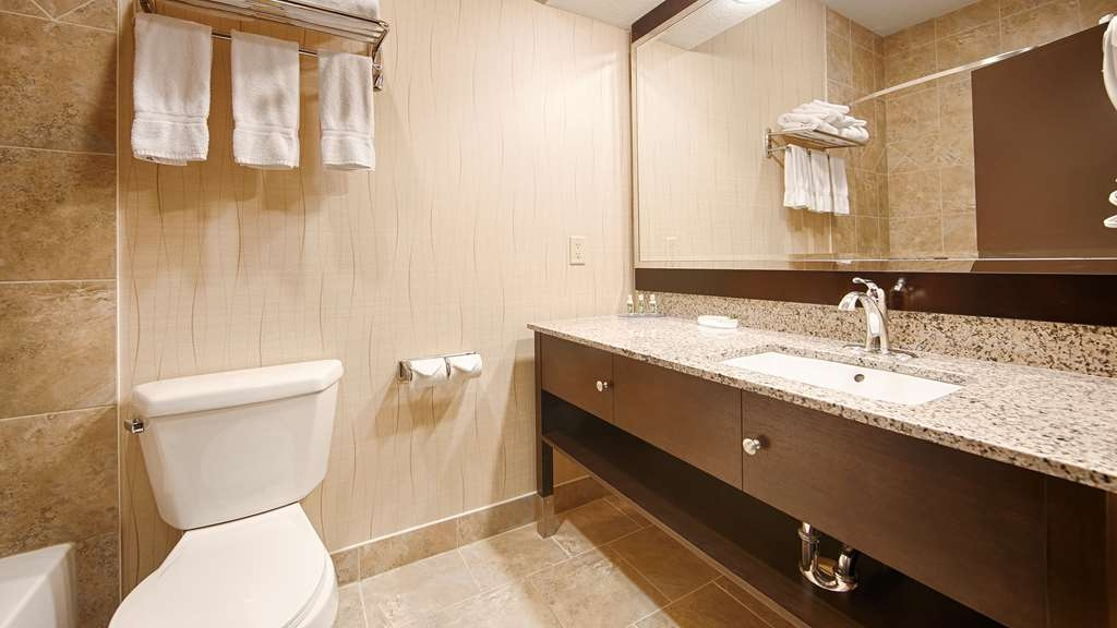 Best Western Plus South Edmonton Inn & Suites - Enjoy the sleek design of our bathrooms in all our guest rooms.
