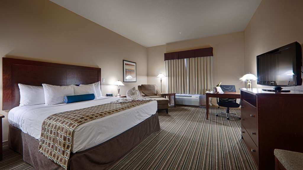 Best Western Rimstone Ridge Hotel - Get a good night's sleep in our deluxe king bed.