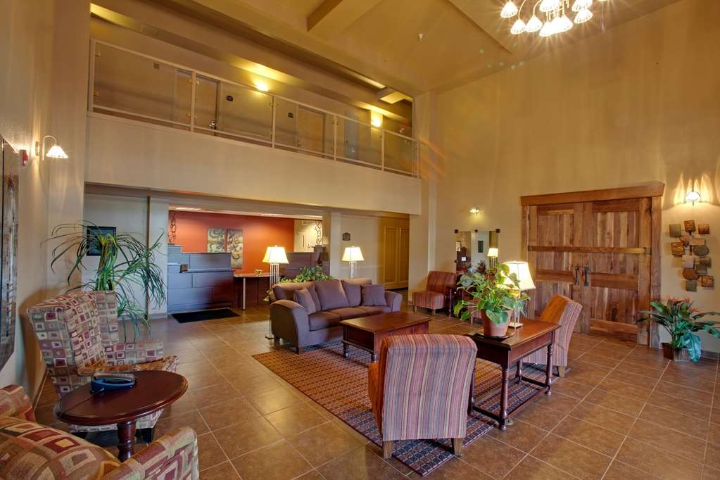 Best Western Rimstone Ridge Hotel - The comfortable seating arrangement in our lobby area provides a convenient spot to meet friends and family.