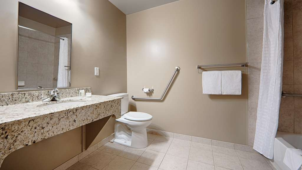 Best Western Rimstone Ridge Hotel - King Bed Mobility Accessible Guest Bathroom