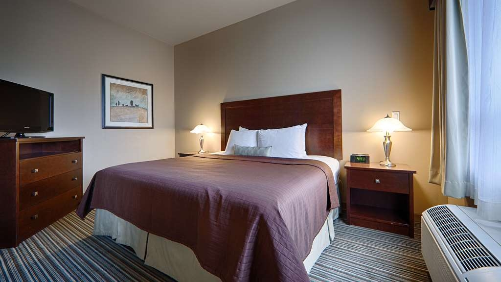 Best Western Rimstone Ridge Hotel - Bring the entire family along and sleep comfortable in our suite with two queen beds and one king bed.