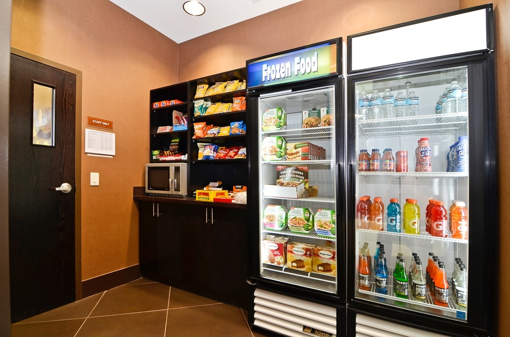 Best Western Premier Freeport Inn & Suites - Our sundry shop is stocked with snacks and personal items to make your stay event more comfortable.