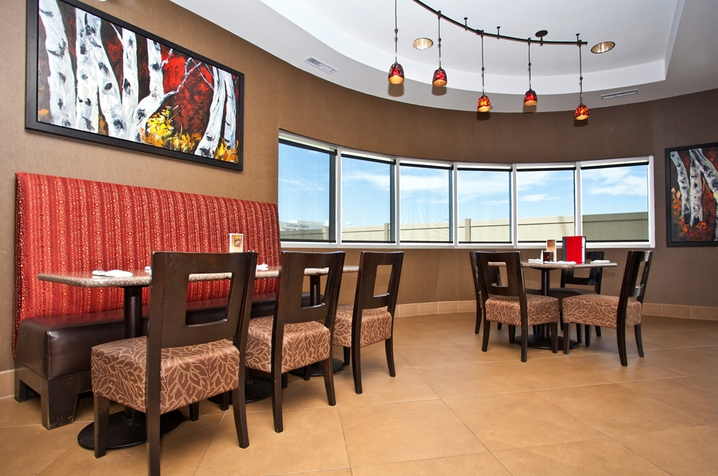 Best Western Premier Freeport Inn & Suites - Watch the game or grab a bite to eat at the Liberty Lounge located in the hotel.