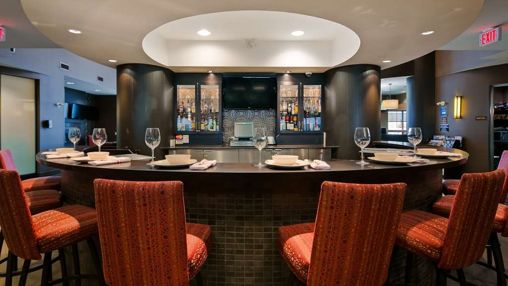 Best Western Premier Freeport Inn & Suites - Enjoy dinner and drinks in a great atmosphere at our very own on-site lounge.