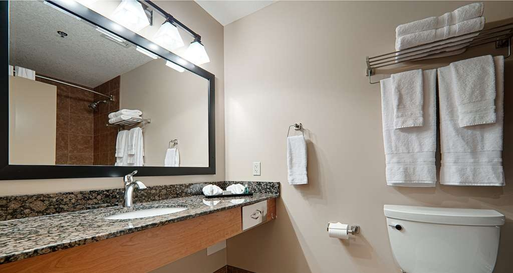 Best Western Plus Chateau Inn Sylvan Lake - Feel rejuvenated in the well appointed bathroom in your guest room. Enjoy a hot shower with complimentary bath amenities, then wrap yourself in a fresh, fluffy towel.