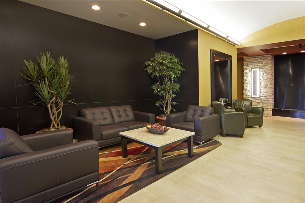 Best Western Plus Sherwood Park Inn & Suites - Sitzecke im Foyer