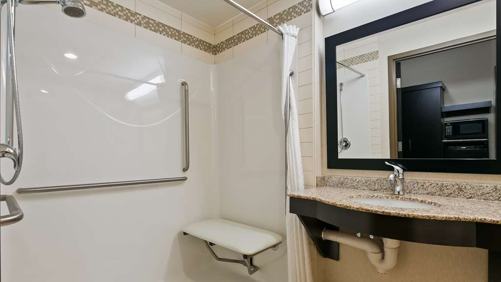 Best Western Plus Sherwood Park Inn & Suites - Guest Bathroom