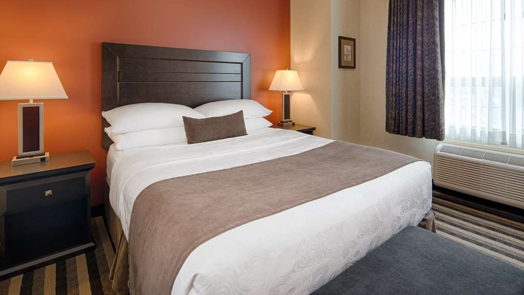 Best Western Plus Meridian Hotel - Settle in for the evening and relax in our Two Bedroom Suite living area