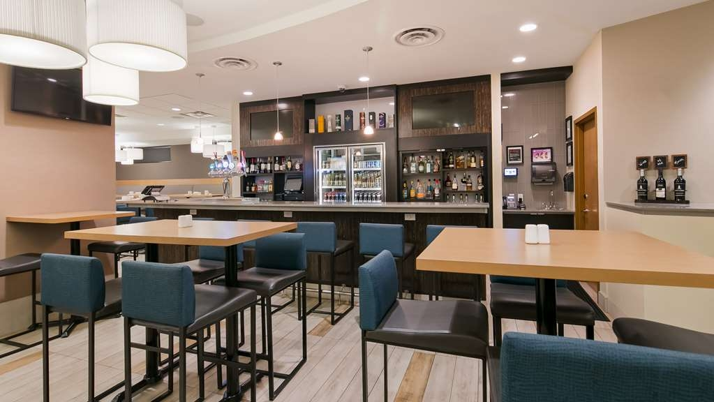 Best Western Plus Sawridge Suites - Bar/Salón