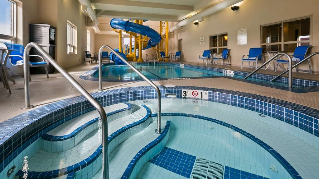 Best Western Plus Okotoks Inn & Suites - Vista de la piscina