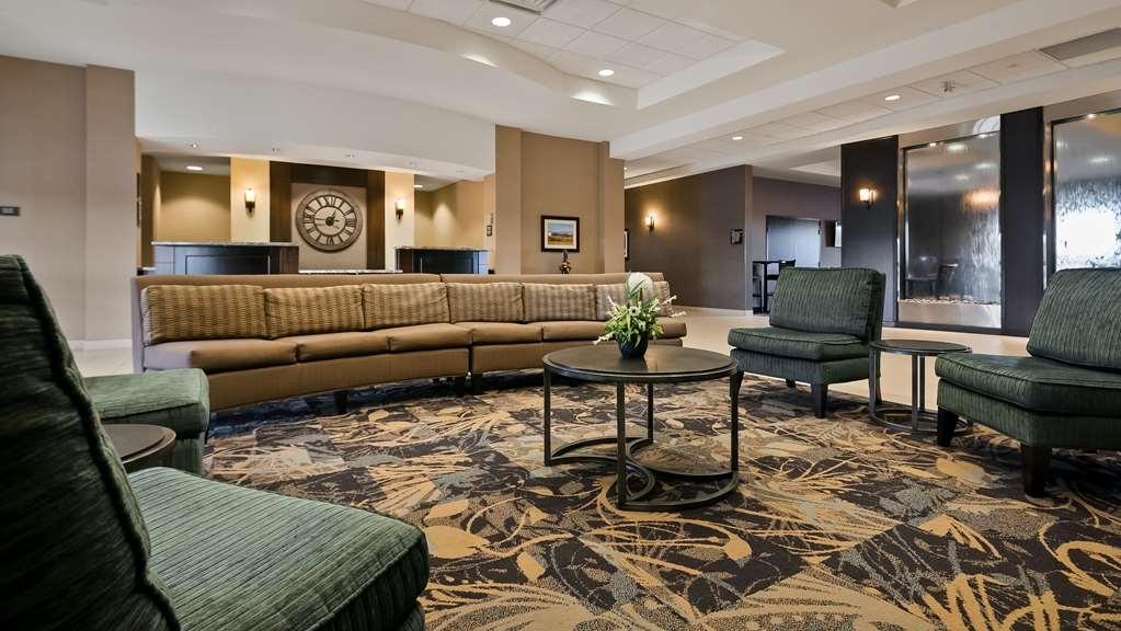 Best Western Plus Okotoks Inn & Suites - Vista del vestíbulo