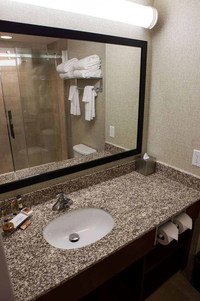 Best Western Plus Service Inn & Suites - Bathroom