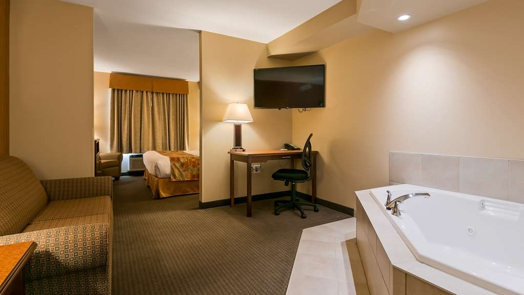 Best Western Plus Service Inn & Suites - Whirlpool Pool Suite
