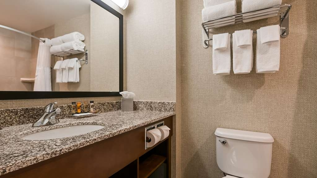 Best Western Plus Service Inn & Suites - Guest Bathroom