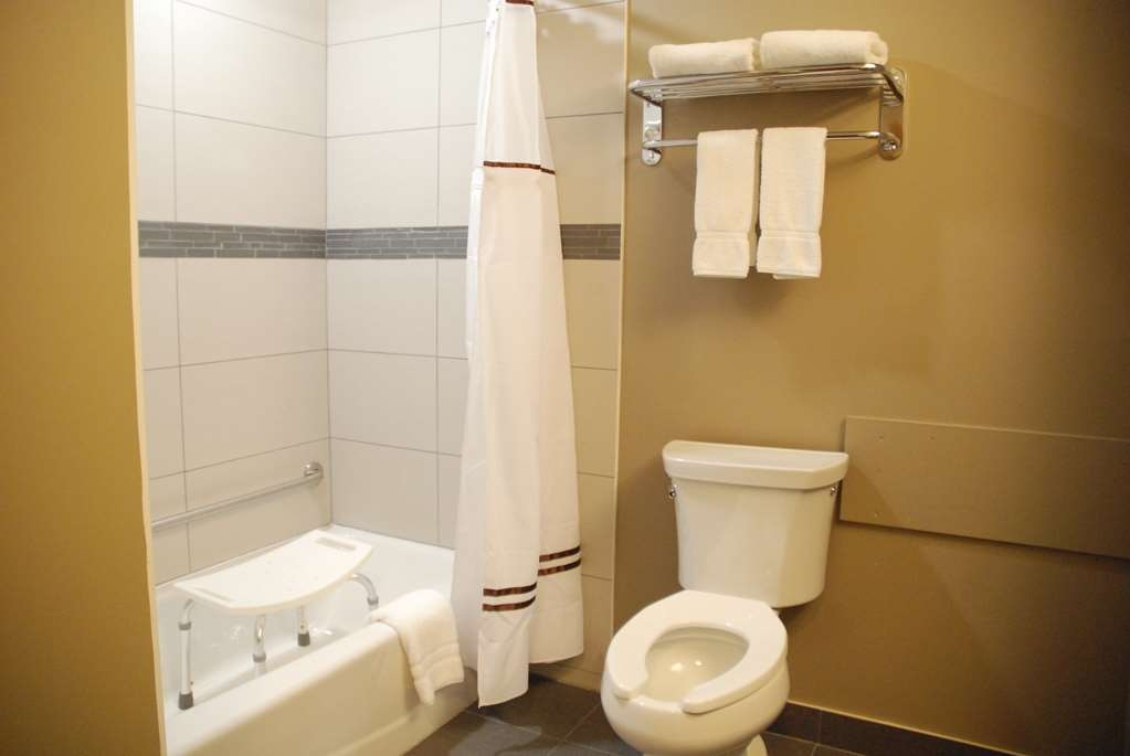 Best Western Plus Fort Saskatchewan Inn & Suites - Mobility Accessible Guest Bathroom