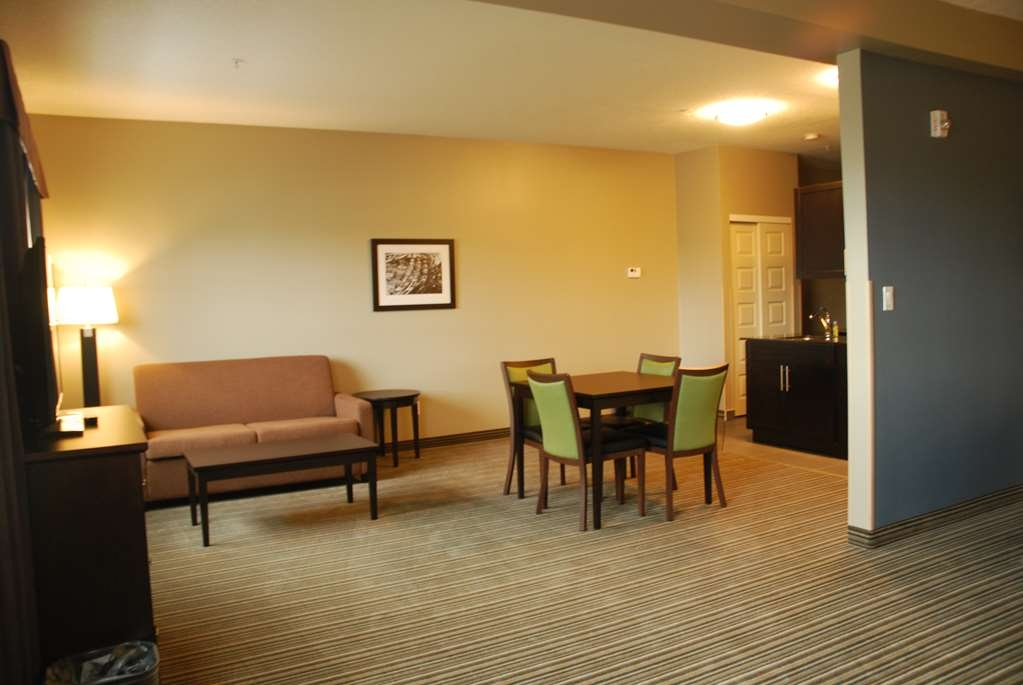 Best Western Plus Fort Saskatchewan Inn & Suites - 2 Queen Beds, 1 Sofa Bed, 2 TVs, Kitchenette, Dining Table and Chairs