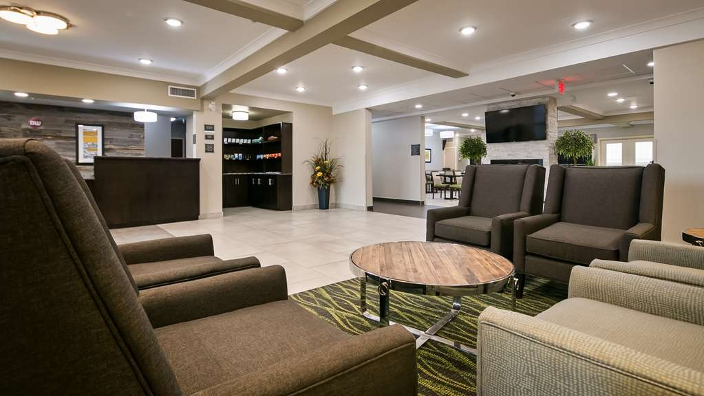 Best Western Plus Fort Saskatchewan Inn & Suites - Hotel Lobby