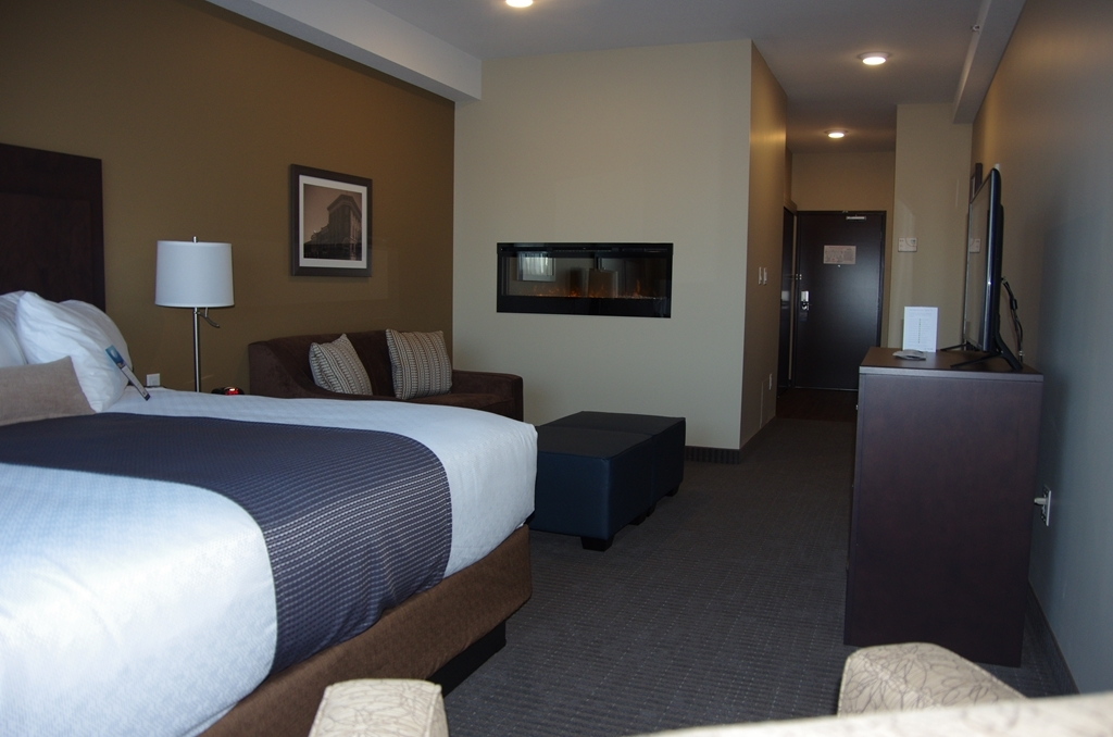 Best Western Plus Lacombe Inn & Suites - King Suite with Jetted Tub and Fireplace