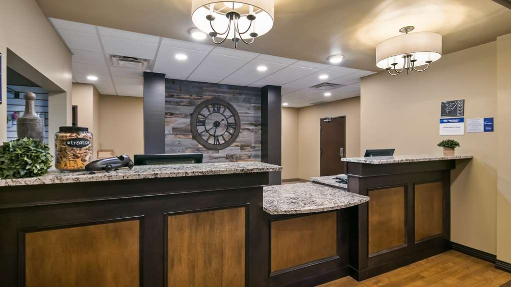 Best Western Plus Lacombe Inn & Suites - Front Desk