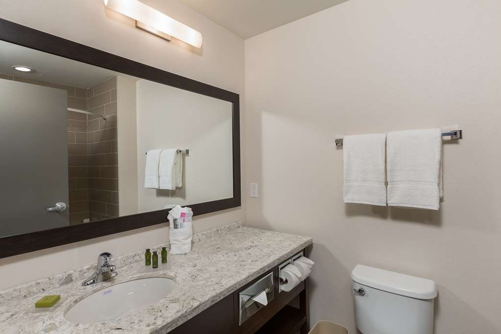 Best Western Plus Chestermere Hotel - Guest Bathroom