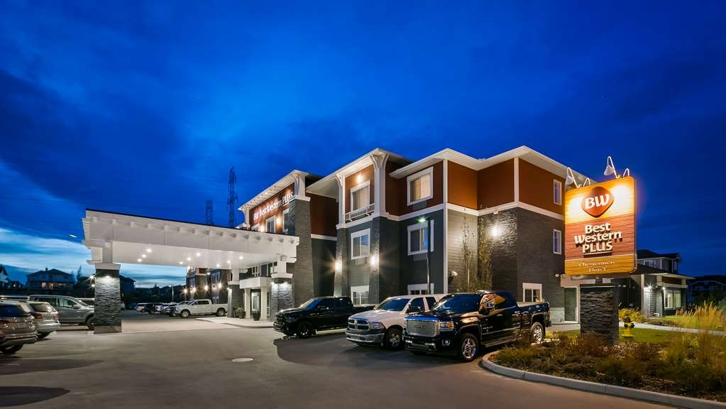 Best Western Plus Chestermere Hotel - Façade