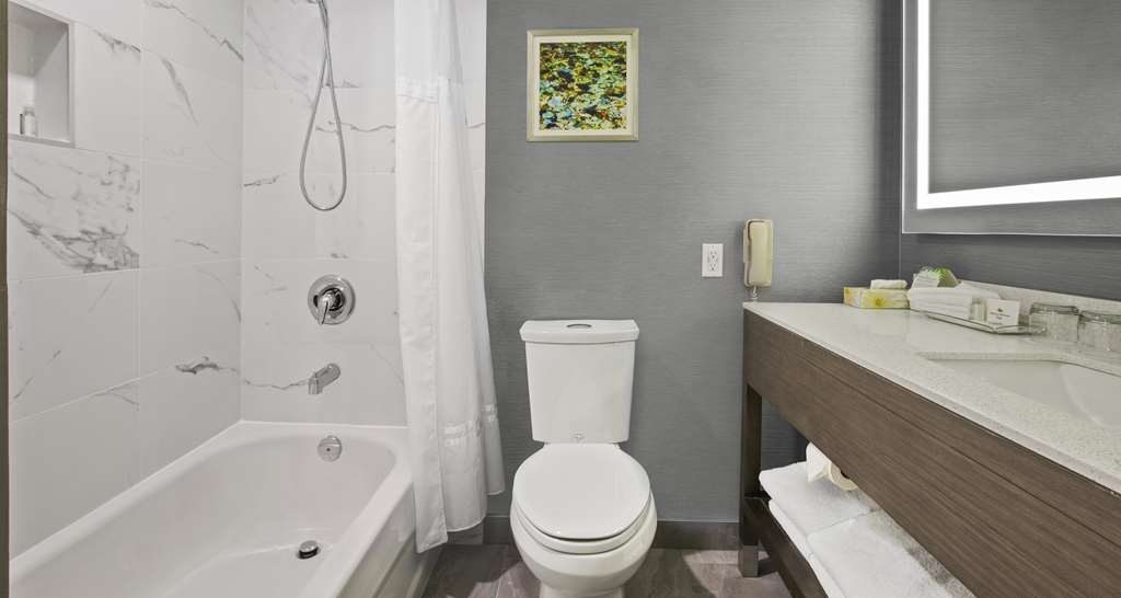 Best Western Premier Calgary Plaza Hotel & Conference Centre - Guest Bathroom with Tub
