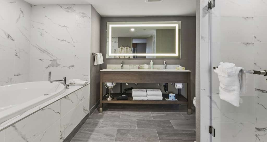 Best Western Premier Calgary Plaza Hotel & Conference Centre - Jetted Tub Suite Bathroom