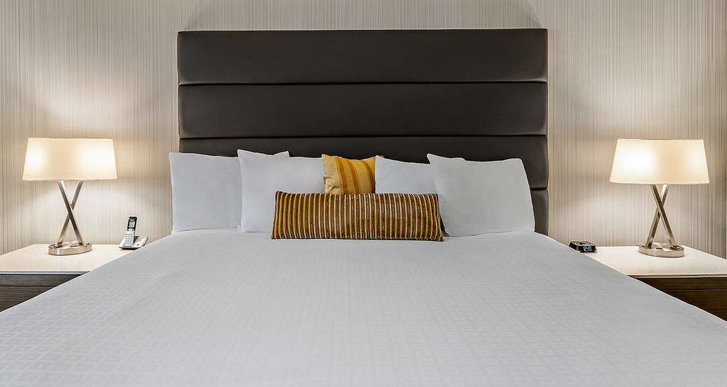 Best Western Premier Calgary Plaza Hotel & Conference Centre - King Guest Room