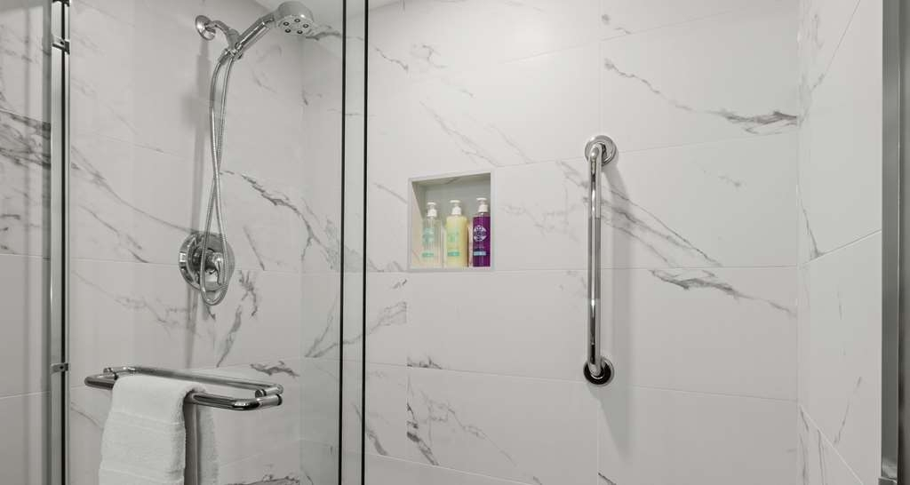 Best Western Premier Calgary Plaza Hotel & Conference Centre - Guest Bathroom Shower