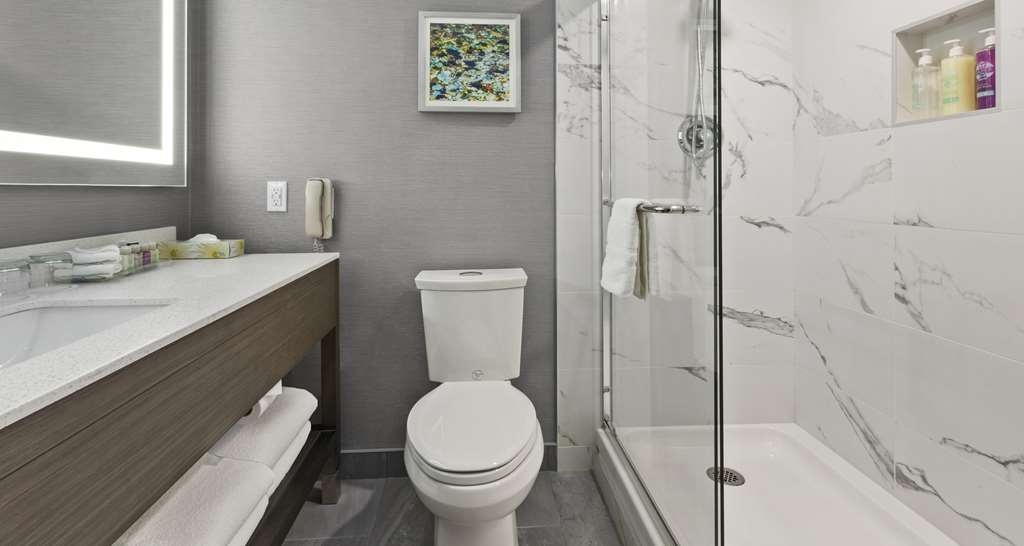 Best Western Premier Calgary Plaza Hotel & Conference Centre - Guest Bathroom with Shower