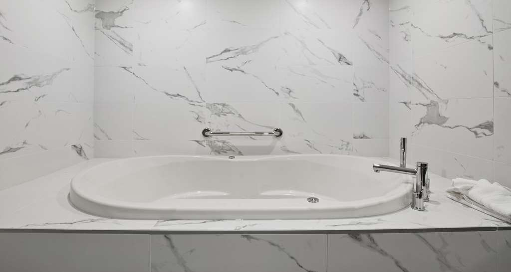 Best Western Premier Calgary Plaza Hotel & Conference Centre - Jetted Tub Suite