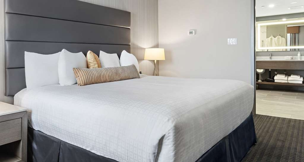 Best Western Premier Calgary Plaza Hotel & Conference Centre - Jetted Tub Suite Bedroom