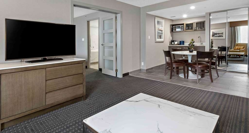 Best Western Premier Calgary Plaza Hotel & Conference Centre - Jetted Tub Suite Dining Area