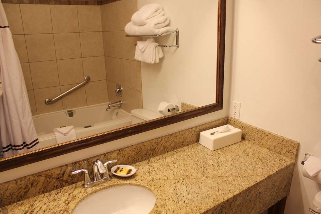 Best Western Plus Rio Grande Inn - Enjoy a jetted tub in all Upgraded King balcony rooms.