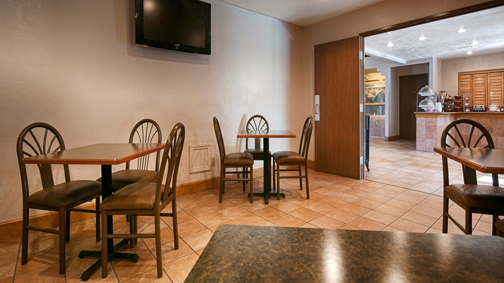Best Western Grande River Inn & Suites - Sit inside and watch the news while eating breakfast, or outside on our patio.