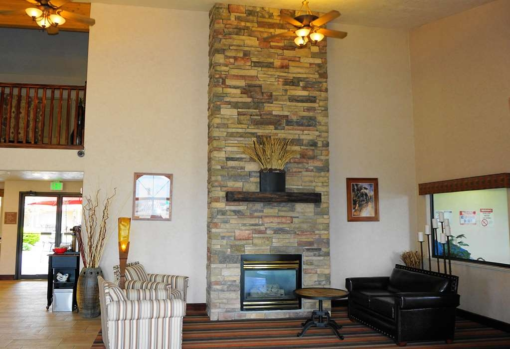 Best Western Grande River Inn & Suites - Have a cup of tea or coffee by the fireplace with friends and family.