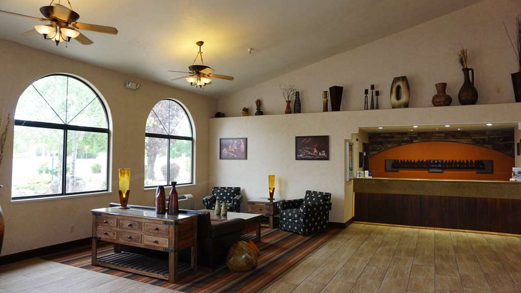 Best Western Grande River Inn & Suites - Enjoy our large lobby with family and friends.