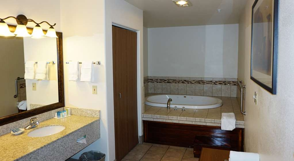 Best Western Grande River Inn & Suites - Relax in the two person whirlpool tub in the large two room suite.