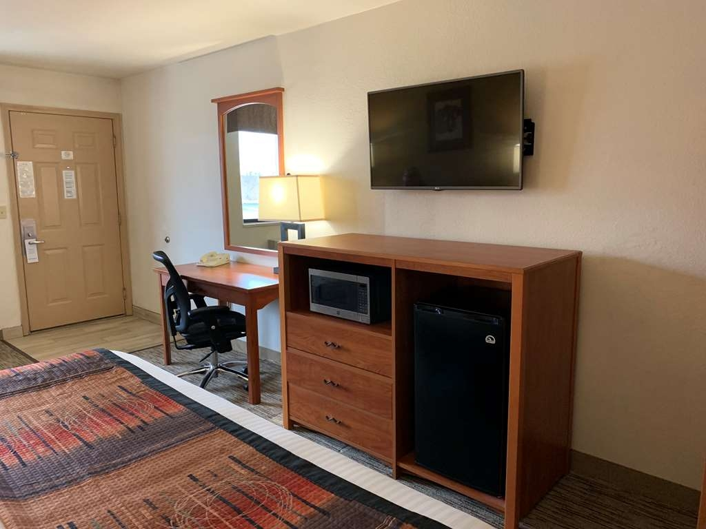 Best Western Grande River Inn & Suites - Enjoy the comfortable king bed while the large flat screen TV.
