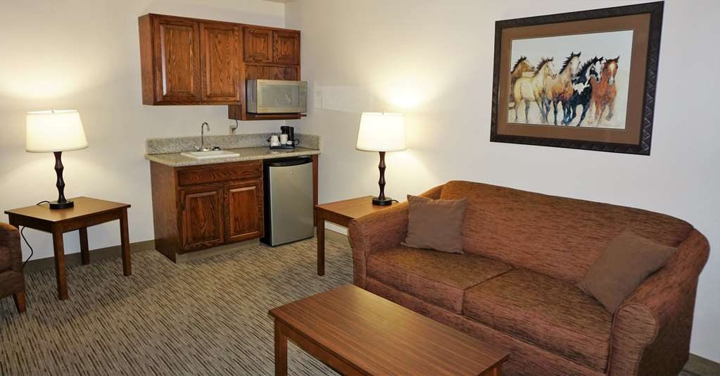 Best Western Grande River Inn & Suites - Enjoy the wet bar in this two room suite. Enjoy the two TVs, one in bedroom and one in living room.