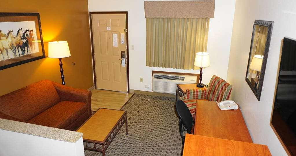 Best Western Grande River Inn & Suites - This room has a comfortable king bed and a living area to relax in.