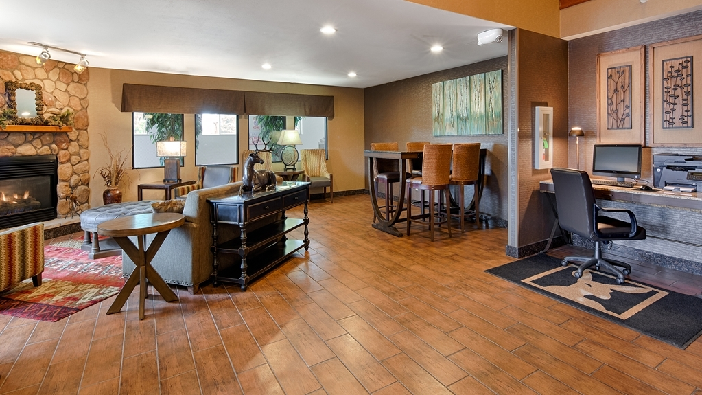 Best Western Plus Deer Park Hotel and Suites - Vista del vestíbulo
