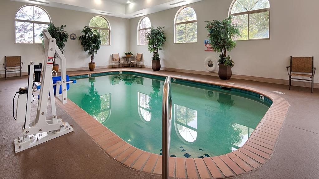 Best Western Plus Deer Park Hotel and Suites - Vista de la piscina