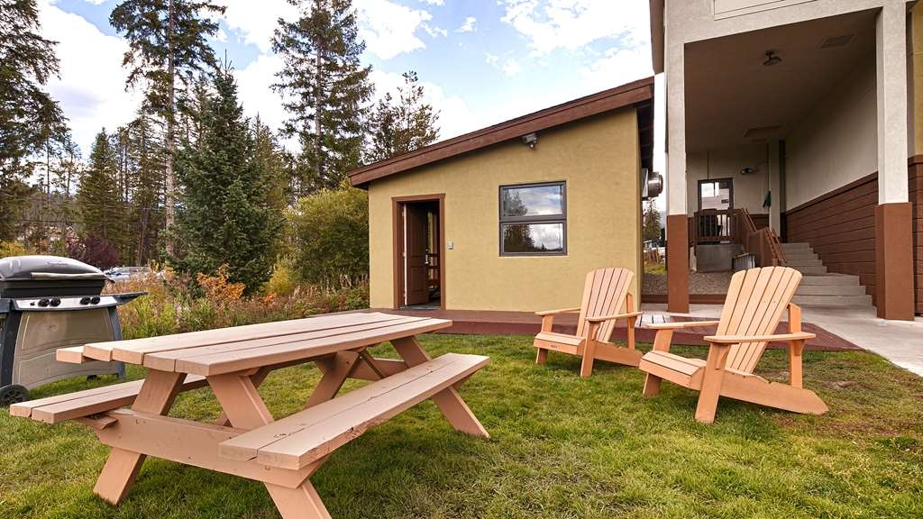 Best Western Alpenglo Lodge - Cook your own BBQ and enjoy the outdoors in our picnic area! Be sure to explore our creek-side picnic area for a change of pace.