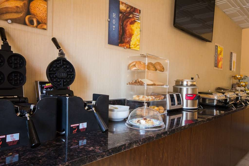 Best Western Brighton Inn - Enjoy a variety of hot and cold breakfast offerings.