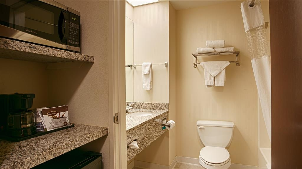 Best Western Plus Louisville Inn & Suites - Enjoy getting ready for the day in our fully equipped guest bathrooms.