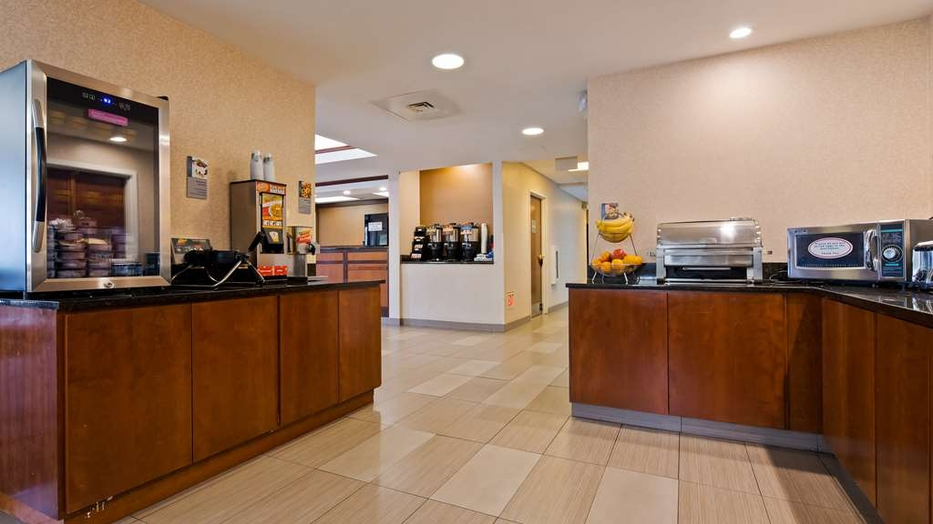 Best Western Plus Louisville Inn & Suites - Enjoy a balanced and delicious breakfast with choices for everyone.