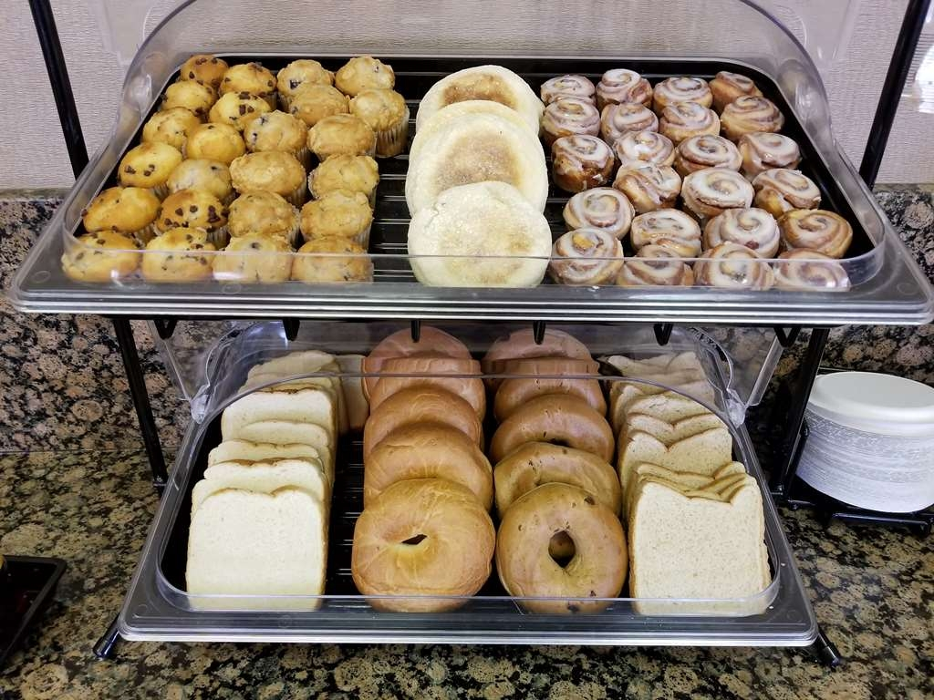 Best Western Plus Carousel Inn & Suites - Bread Assortments And Mini Cinnamon Rolls/Muffins